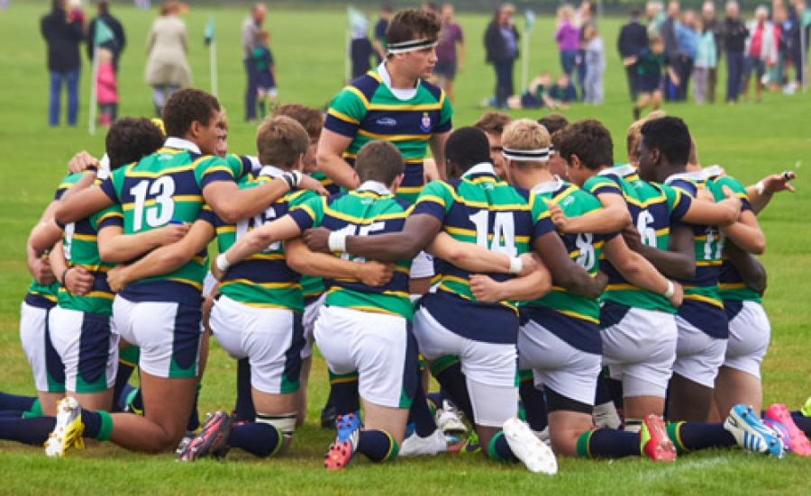 rugby-team-huddle-togetherness